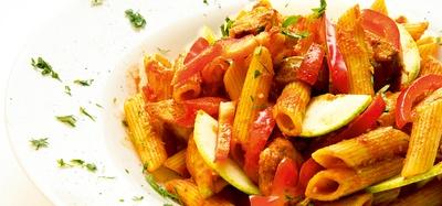rigatoni-mit-tomatensauce-und-zucchini.jpg